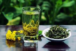 嚼口香糖喝绿茶可清新口气