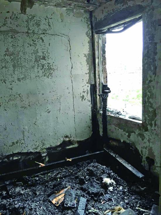 贵阳:烟头扔进垃圾桶 引发火灾整个房屋被熏黑