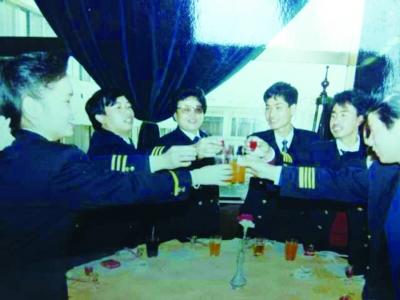 孙玉兰与贵航同事庆祝(左三)