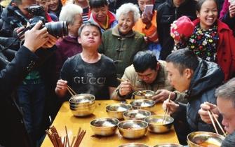 """""""大胃王""""5分钟横扫5碗肠旺面"""