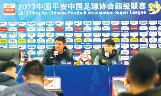 贵州智诚主教练黎兵(左)在发布会上回答记者问题