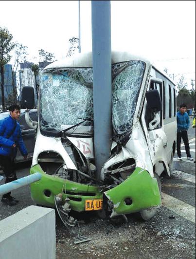 公交车撞上路牌杆后车头严重变形,车内9人受伤