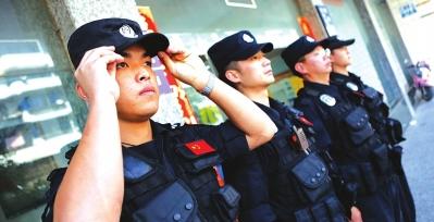 民警整装待发。