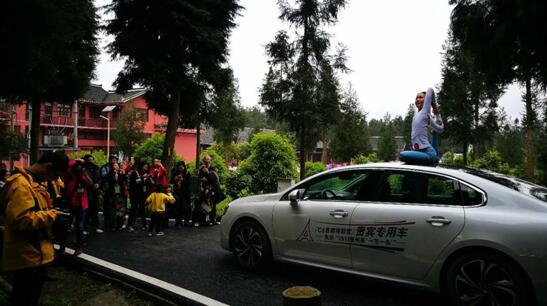 C6车顶瑜伽表演,为人们呈现一场身心合一的文化视觉盛宴