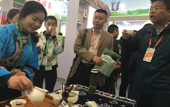 外地客人纷纷品尝贵州茶