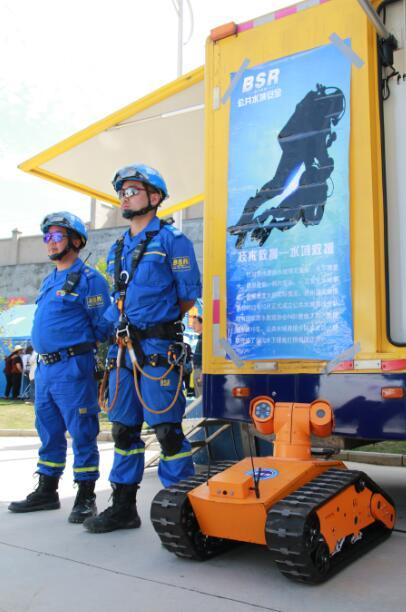 蓝天救援机器人-贵州举行防灾减灾宣传教育演练活动 机器人直升机齐