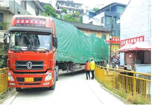 大货车被困在老城区狭窄的道路上。