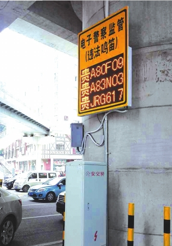 松山路匝道红绿灯路口,新引进的声呐抓拍设备正在进行测试。