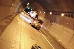沪昆高速隧道内惊现货车轮胎 面包车避让不及中招
