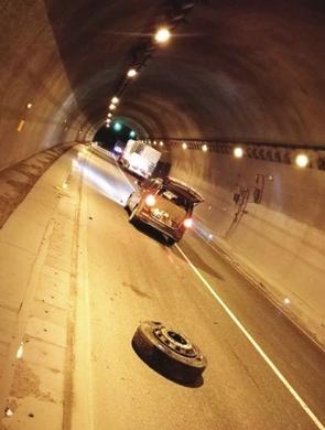 隧道内惊现货车轮胎 面包车避让不及中招