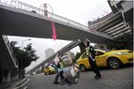 贵阳:男子欲跳桥寻短见 获民警及时解救