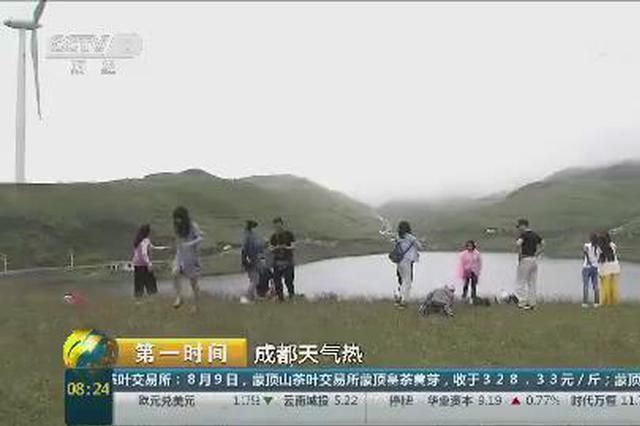 贵州:乌蒙大草原吸引众多游客观光避暑