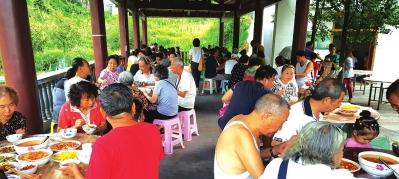 避暑游客在农家乐集中用餐。