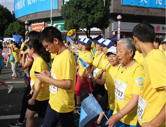 贵州六盘水夏季马拉松 看运动员汗洒跑场