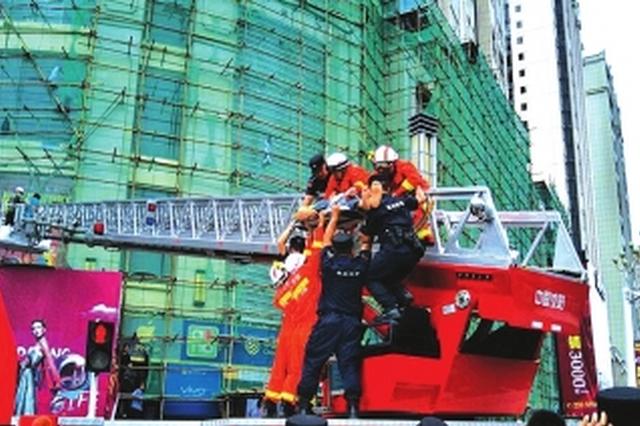 铜仁:工人外墙作业不慎坠落 云梯消防车来救援