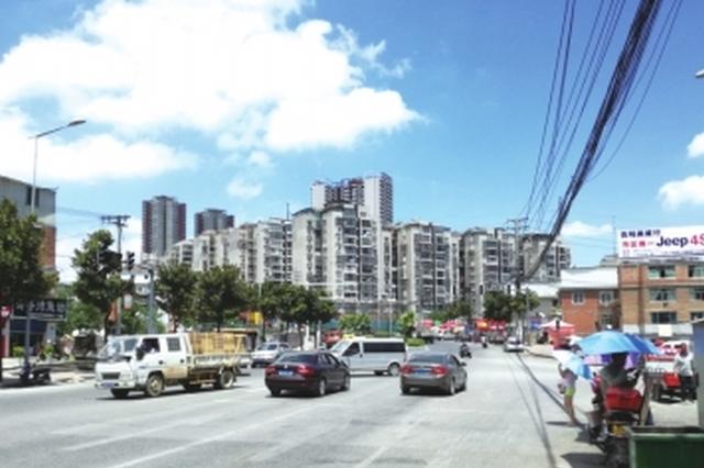 望城路往黔江路三岔路口处:红绿灯坏了 车辆乱抢道