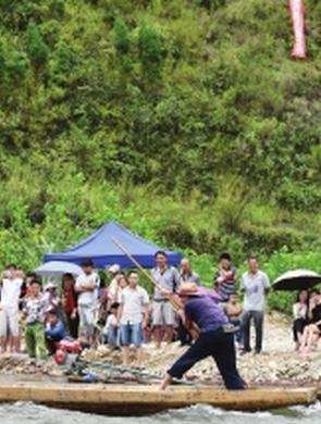 黄平县舞阳河畔:撑船大赛