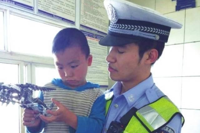 """修文:5岁男孩跑上高速路 交警用玩具让他说出""""秘密&quot"""