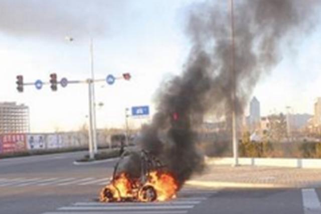 贵阳市老东门路口电瓶车起火 司机弃车走了