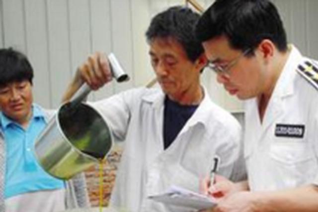 老汉拎桶菜籽油不能上公交 公交公司:莫携不明液体