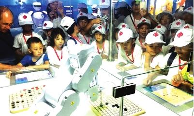 在科技馆参观机器人下棋。