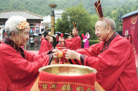 76岁的王才亮带着老伴参加婚礼