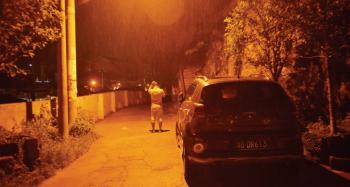深夜寻子,蒋家定站在路灯下打电话