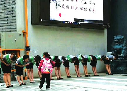 网友发在新浪微博上老师给学生敬礼的图片