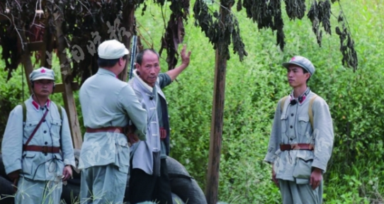 扮演带路老猎户的杨国瑜(右)