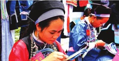 选手杨春妹在制作胸针装饰。