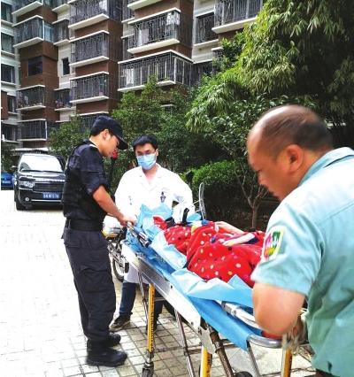 医务人员将寻短的女子抬上急救车。