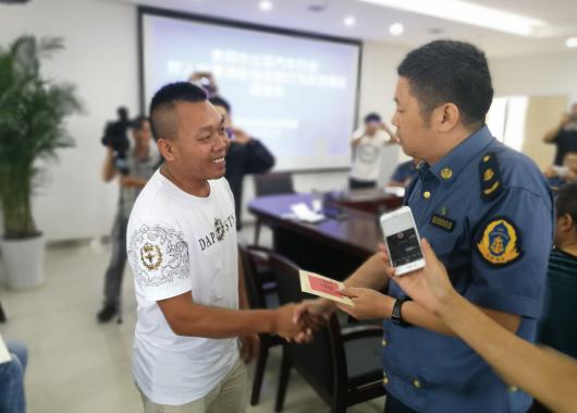 贵阳市道路运输管理局副局长何骏给龙政金颁发奖金
