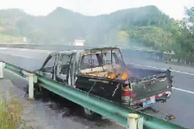 都匀:男子高速上随意乱扔烟头 把自己的车烧成残骸