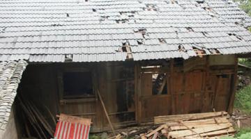 惊雷击穿村民房 一家三口受伤