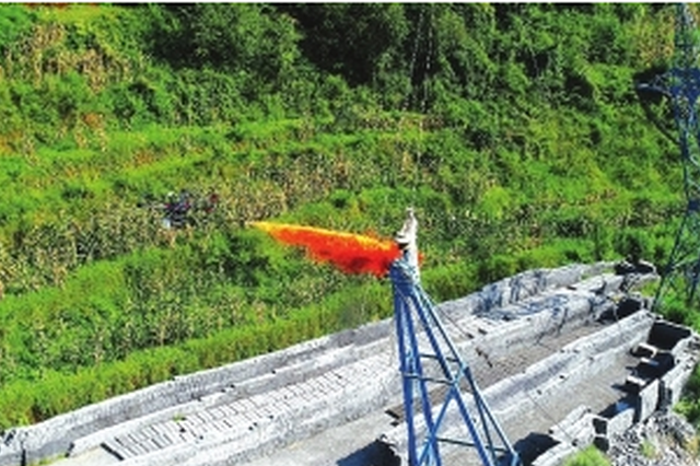 六盘水:高压线上挂异物 喷火无人机来清除