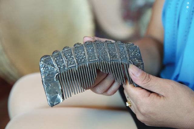 黎平苗寨发现300年前的宝贝 一把银梳子传了15代