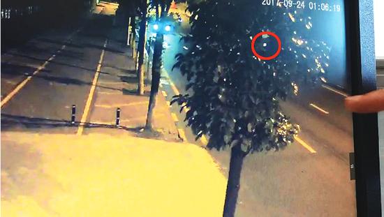 监控被树遮挡,监控画面中树叶缝隙中透出的神秘车辆灯光成为案件突破口。