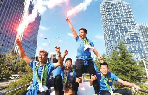 晋级中超联赛,贵州恒丰智诚足球队队员乘花车巡游(吴东俊 摄)