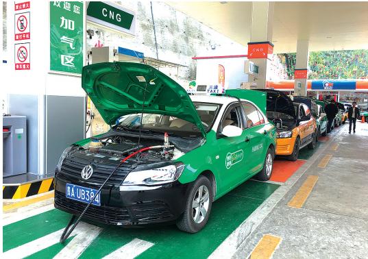 双燃料出租车正在贵阳中心城区首个加气站排队加气