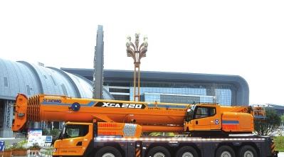 220吨全地面汽车起重机的侧面。