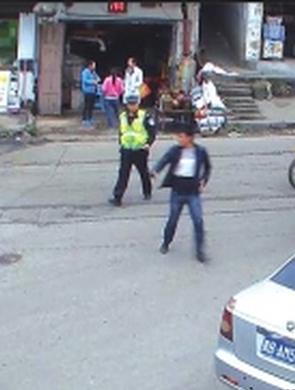 六盘水:警车开道争分夺秒救婴儿