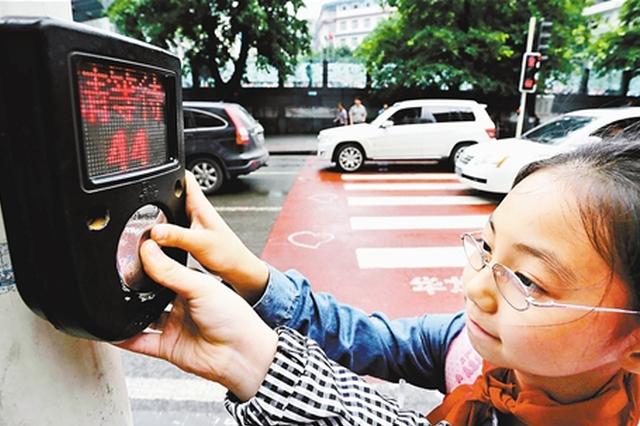 水城街头手触式人行道红绿灯上岗
