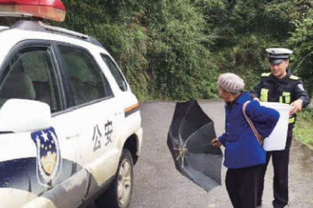 遵义:八旬老太背着背篼步行去探亲 交警送她到女儿家