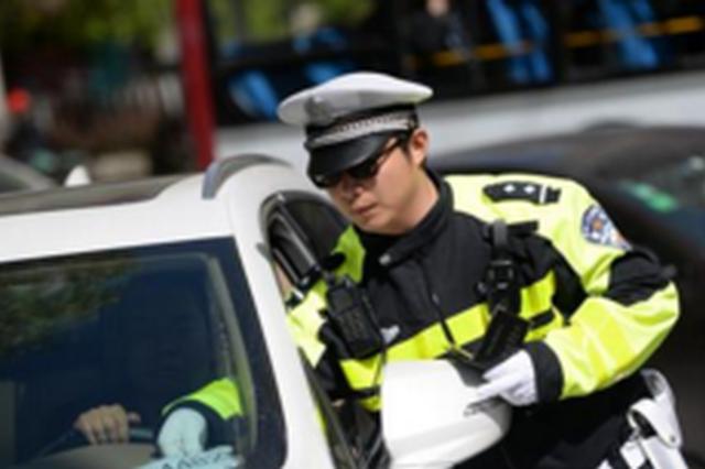 女司机接孩子突然发病把车停在路中间 交警及时救助
