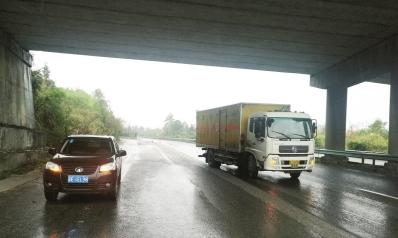 两车停在高速路上。