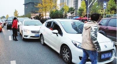 事故现场,4辆车被撞坏。