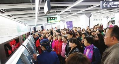 居民代表观看购票演示。