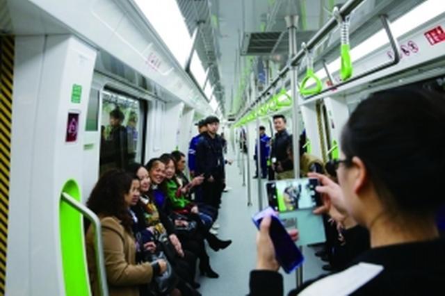 贵阳百余市民试乘轨道1号线 在车厢合唱《歌唱祖国》