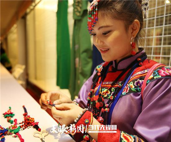 铜仁市松桃县苗族绣娘在刺绣。贵州日报当代融媒体记者 张丽 摄