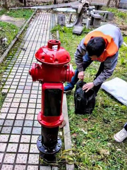 工作人员给消火栓进行智能化改造。贵州新能源公司供图